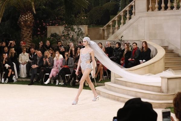 闭场新娘Vittoria Ceretti  图片源自视觉中国