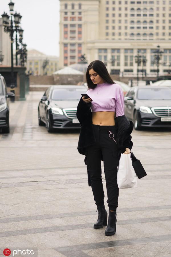 清凉Top+牛仔裤 不一样的时髦度假Look
