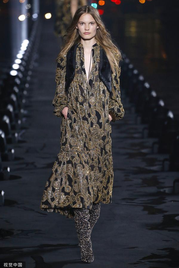 2020春夏巴黎时装周:SAINT LAURENT (图片来源于视觉中国)