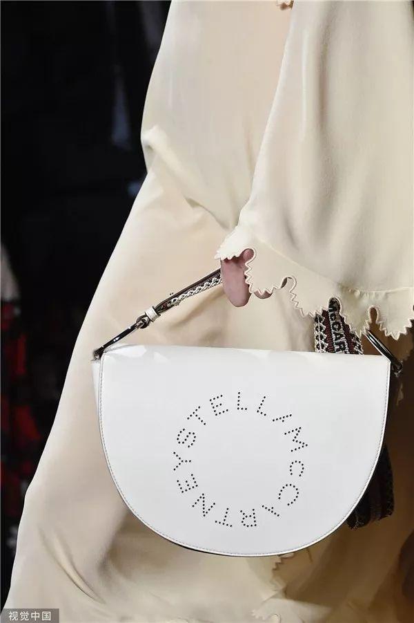 Stella McCartney 2020春夏秀场细节(图片来源于视觉中国)
