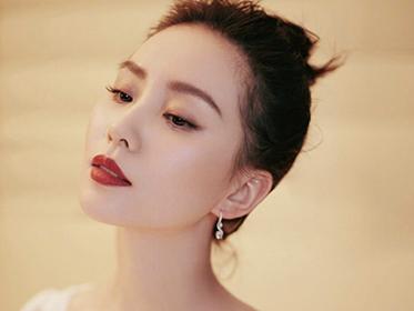 刘诗诗白色长裙体态轻盈,优越肩颈线恕我见一次吹一次!