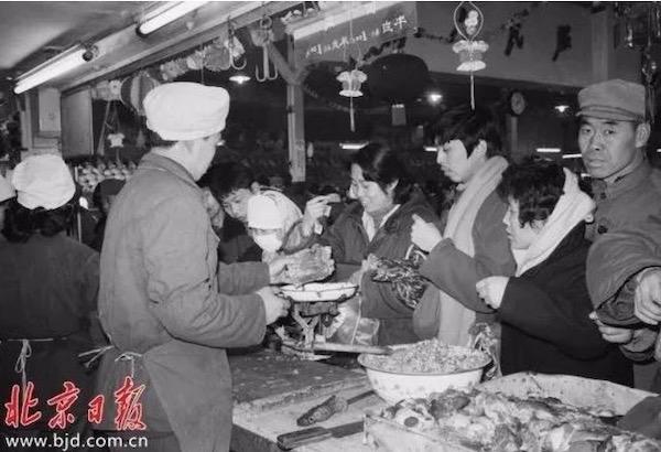 1983年,东单菜市场的牛羊肉铺图片来源:北京日报